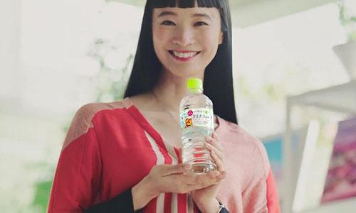 いろはすライチティーのCM女優は萬波ユカ!黒髪ロングのトップモデル